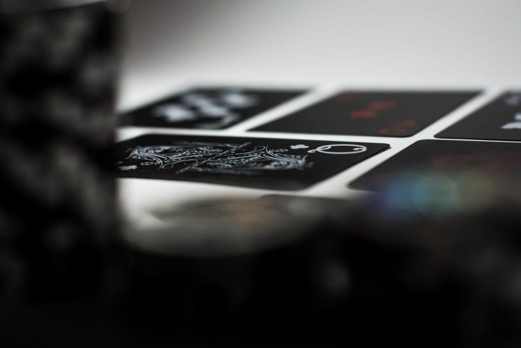 hrať live three card poker slovakia